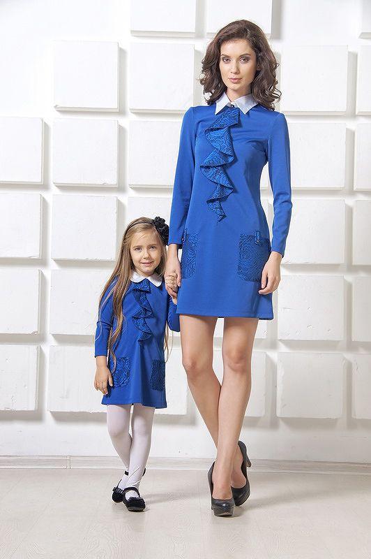 Оригинальный синий комплект в стиле 60-х годов. Оригинальное платье для женщины в стиле 60-х годов, расклешенное от груди, средней длины. Белый, контрастный воротник изделия сшит по типу рубашечного, высокий, с отложными карманами. От воротника идет кружевной волан, декорированный под галстук. Рукав