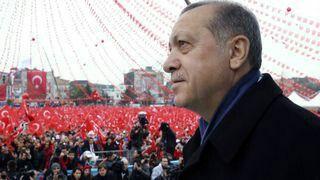 """De Turkse president Erdogan wilt dat de Turkse gezinnen in Europa zeker vijf kinderen moeten krijgen. Dat werd gezegd op een meeting. Het was een oproep toe naar de Turken van Europa. Maar hij zei ook: """"Ga leven in de betere buurten, rijd met de beste auto's en ga wonen in de beste huizen. Jullie zijn de toekomst van Europa. Hij zei toen ook dat dit de beste antwoord is op rechtvaardigheid tegenover jullie."""