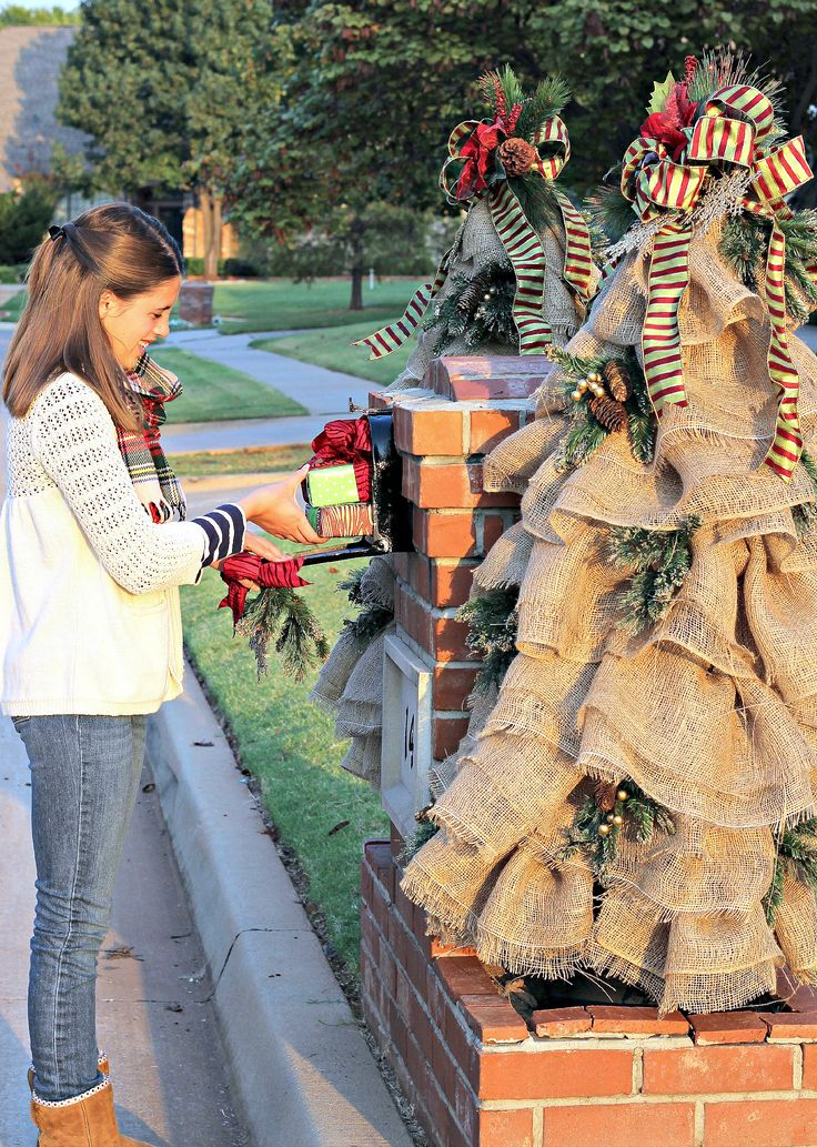 Christmas Mailbox Decorations: Burlap and Greenery