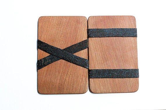 Holz magische Brieftaschen basieren auf einem beliebten minimalistischen Brieftasche-Design. Unsere Holz magische Portemonnaies sind mit Hartholz und Wildleder gemacht. Schneiden von Holz in dünne Scheiben schneiden, glatt, geschliffen und Laser geschnitten. Wildleder Riemen sind geklebt, um das Holz zu halten es zusammen und führen Sie ihre Magie. Holz und Wildleder wurde mit einer Bienenwachs-Oberfläche beschichtet. Perfekt für diejenigen, die eine schlanke und elegante Geldbörse, die…