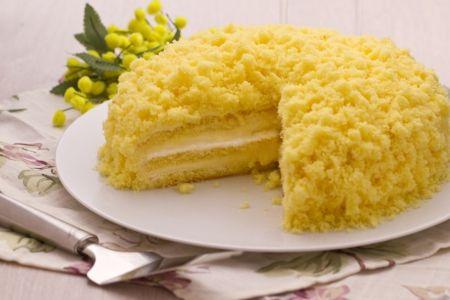 La torta mimosa classica è un dessert che viene preparato l'8 marzo per festeggiare la festa della Donna. Si chiama così perché il fiore dello stesso nome fiorisce i primi giorni di marzo.    Se vuoi assaggiarla, ricorda che devi comprare due Pan di Spagna. Nella base, verrà uno farcito con crema pasticcera e panna montata; e con l'altro si recoprerà la torta facendo dei piccoli cubetti. Si mangia sopratutto nel Nord di Italia, però adesso puoi farla anche tu. Buon appetito!!