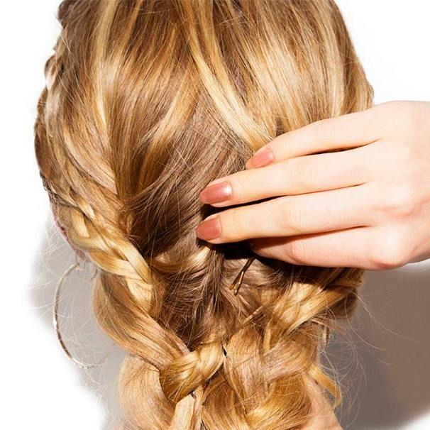 A spina, laterale, raccolta: via libera alla treccia, da sempre un must-have. Scopri come giocare con i tuoi capelli #schultzhair #schultz #supernaturalblondes #blondehair #blondenatural #camomilla