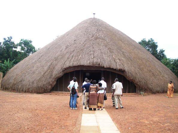 Uganda 03 Tumbas de los reyes de Buganda en Kasubi  Emplazadas en Kasubi, las tumbas de los kabakas (reyes) de Buganda ocupan unas 30 hectáreas de colinas del distrito de Kampala. La mayor parte del sitio es una zona agrícola cultivada con métodos tradicionales. En su centro, en la cima de una colina, se alza el antiguo palacio de los kabakas construido en 1882 y transformado en cementerio real en 1884.