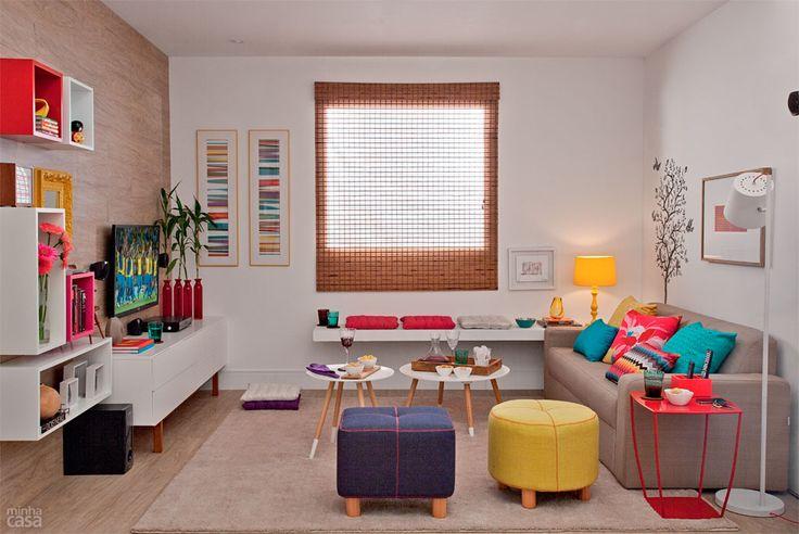 Sala pronta para receber os amigos (detalhe do banco fixo na parede) - Minha Casa