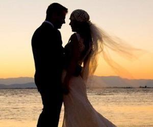 Cásate conmigo Quiero hacerte feliz cumplir tus sueños y estar por siempre junto a ti. Cásate conmigo para amanecer a tu lado para deleitarme en tus ojos tu boca y en tus rojos labios. Cásate conmigo ...
