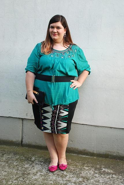 outfit curvy, plus size con stampa azteca, verde e fuxia