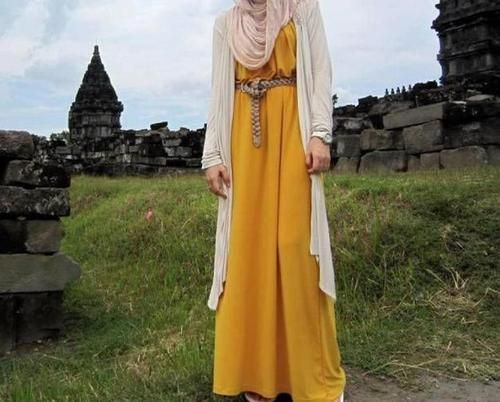 Long light fabric cardigan with maximum dress. Accessorised with braided belt. Colour combination:  mustard and beige.