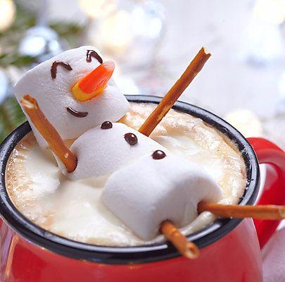 Marshmallow-SchneemannMarshmallow-Schneemann in heißer Schokolade Zutaten für 4 Personen 1 L Milch 100 g Schokolade 1 EL Zucker 12 Marshmallows Salzstangen Getrocknete Papayastücke