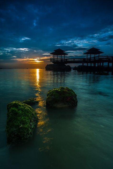"Pulau Ubin, Singapore  Singapura bukan sekedar kota sibuk dan modern. Ternyata, disini ada juga tempat 'melarikan diri' dari hiruk pikuk perkotaan yang kadang membuat stres dan sumpek.  Pulau Ubin, desa atau ""kampung"" terakhir di Singapura. Berkunjung ke sini seperti kembali ke tahun 1960-an saat semuanya jauh lebih sederhana, seperti rumah-rumah tua dari kayu yang dapat kita lihat di sana.   #SGTravelBuddy"