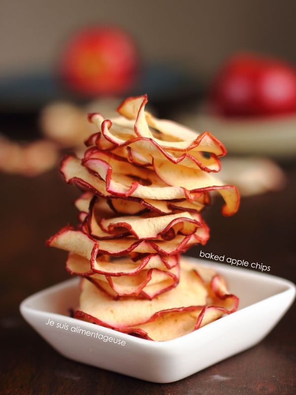 Want a candy-like snack that's totally healthy? Try these baked apple chips. Super easy to make!