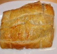 Verrukkelijke kipfilet met ketjap in bladerdeeg | ●30-60 MIN● ●INGREDIENTEN 4 PERSONEN● ●1 dubbele kipfilet (of meer, ligt aan het aantal personen) ●1 dl ketjap ●1 pakje bladerdeeg ●1 blik perziken (of ananas) ●2 uien ●2 el olie ●1 bakje kruidenroomkaas