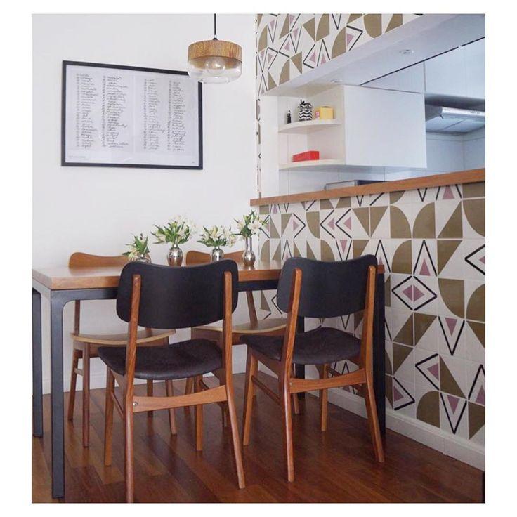 Lurca Azulejos | Azulejos Rabat Lilás e Quadrante e Raiz Musgo no projeto do @marinalagatta_interiores | Rabat Lilac, Quadrante and Raiz moss - Ceramic Tiles // Shop Online www.lurca.com.br #azulejos #azulejosdecorados #revestimento #arquitetura #reforma #decoração #interiores #decor #casa #sala #design #cerâmica #tiles #ceramictiles #architecture #interiors #homestyle #livingroom #wall #homedecor #lurca #lurcaazulejos