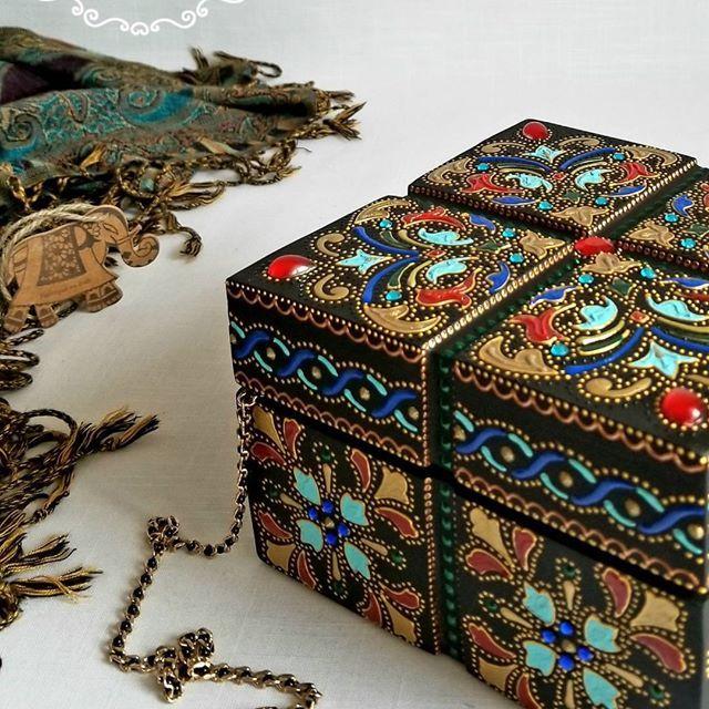Hi guys! For those who love the rich oriental style I have this available wooden jewelry box, made in India. Check it out on my Etsy shop (link in bio) ❤ ___ Для всех любителей богатого восточного стиля есть вот эта свободная шкатулка, дерево, производство Индия. Уникальная по своей форме! Смотрите фото с разных ракурсов в моем Etsy shop ❤ ___ #woodenbox #handmade #jewelrybox