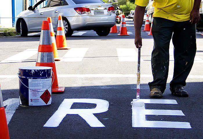 A Prefeitura de Santa Bárbara revitalizou mais de 12 mil metros de sinalização de trânsito no município entre o ano de 2016 e o início de 2017.