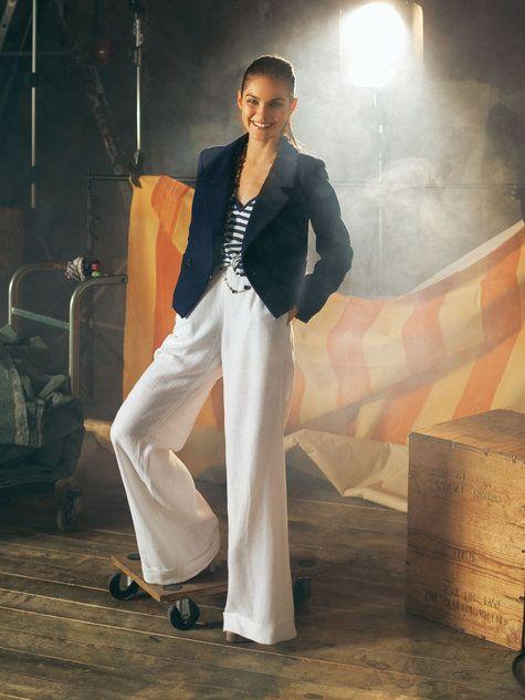 Los pantalones palazos no solo son para las altas y regías. Úsalos con tacones y ayudas a camfular tus caderas :)