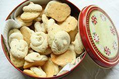 Anis bredele Source : Les petits gâteaux d'Alsace – S.Roth 250 g de sucre glace  225 g de farine 2 oeufs 1 cuillère à soupe d'anis 1 pointe de couteau de levure chimique (facultatif)