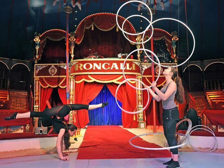 Diese talentierte darsteller arbeiten zusammen die for Zirkus dekoration