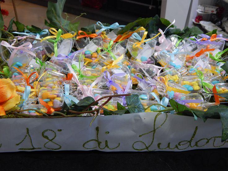 Bomboniere scatoline caramelle  in  pvc ... in stile american style.. ..confezionati con smarties al cioccolato e... chiuso con gioco di fiocchi in nastro...di raso ... dalle mani esperte di Tiffany Store Lab