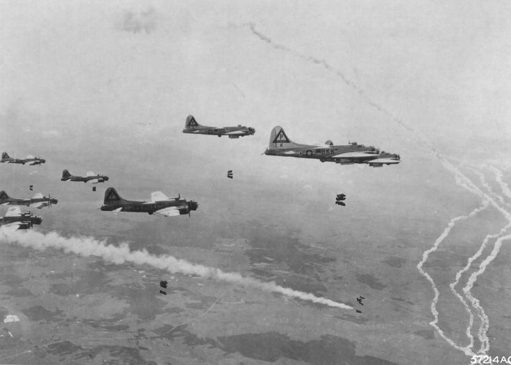 Les du B-17G Fortresses du 546e Escadron de bombardier larguent leurs charges sur les chantiers ferroviaires d'Elsterwerda en Allemagne, le 19 avril 1945. Observez le marqueur de fumée qui est largué de l'avion principal signalant au reste de l'escadron de larguer leurs bombes.