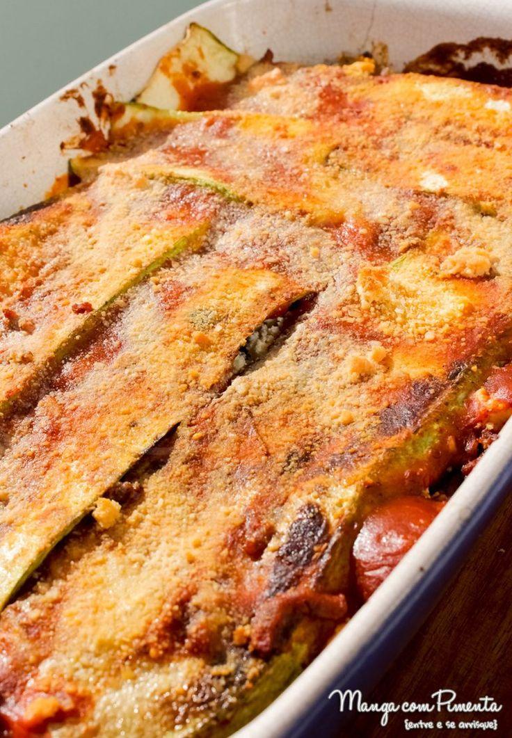 Receita de Lasanha de Abobrinha com Carne, Queijo e Molho Tomate – Receitas do Bem. Para ver a receita, clique na imagem para ir ao Manga com Pimenta.