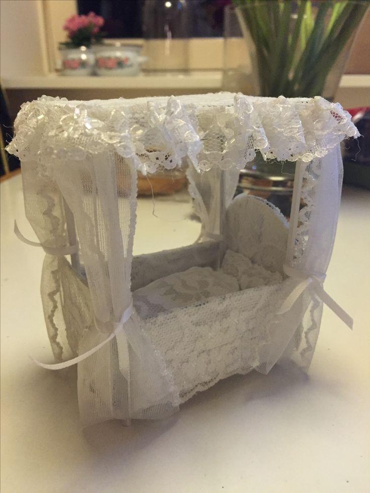 Hjemmelavet dukkeseng. Lavet af pap, trægrillspyd og blonder.