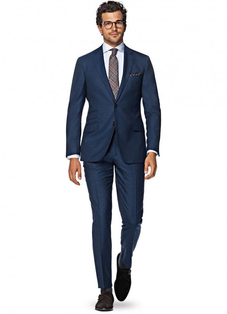 """ネイビースーツは「スーツ・オブ・スーツ」と呼ぶに相応しい""""男の定番""""。しかしファッション雑誌や海外スナップを見ていても「コレ、ビジネスじゃ使えないでしょ実際!」という""""あそびを効かせすぎた着こなし""""が多いことも事実。最前線で戦うビジネスパーソンにとって本当に参考になるスーツ着こなし事例って意外と少ないのでは?という着眼点をベースに、今回はビジネスシーンで通用するリアルな着こなしを中心にピックアップしていきます!※今回はくるぶしむき出しのスタイル等は完全に除外しています! デキる男なら、ときにはあえて無難なスーツスタイルで挑む ネイビーのシングルスーツにブルーのソリッドタイをあわせた精悍なスタイル。商談相手が保守的ならとことん引き算した着こなしが勝率を上げる。 maxmayo ネイビースーツ×シルバータイ 適度な光沢感のシルバータイ、ビジネスから結婚式まで活用の幅は広い。 luciasecasa ネイビーのスリーピーススーツは""""男の勝負服"""" スーツのトレンドがクラシックに向かう中、これから入手するならスリーピーススーツが正解。風格をまとってビジネス最前線で戦おう。…"""