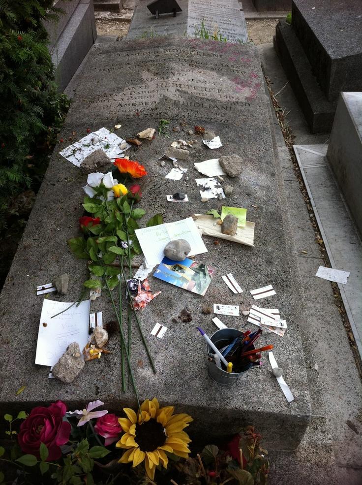 Tumba de Modigliani con muchas ofrendas, entre los que hay muchos tickets de metro (¿???), eso sí, ya usados.