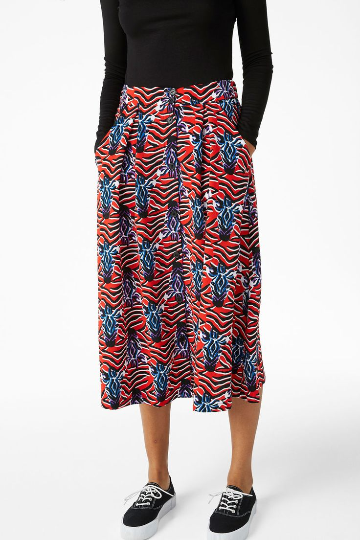 A flowy midi skirt with slanted front pockets and buttons all the way down to the hem. Boom! In a size small the waist width is 71 cm and the length is 75