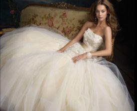 Tipos de tecidos para vestido de noiva: Tule. O Tule é um coringa! Fica muito bem com quase todos os outros tipos de tecido e pode ser usado apenas em detalhes ou como parte fundamental. Geralmente usado na parte da saia do vestido. Dependendo do tipo, pode dar movimento ou volume.