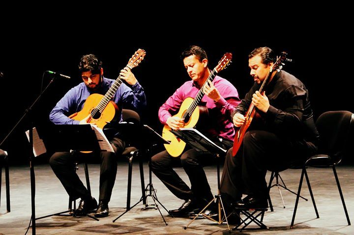 #NotasCONARTE... El Cuarteto de Guitarras Monterrey agrupación integrada por los destacados guitarristas Alfredo Macías José Luis Cantú Salvador Aquínez y Emilio Ramírez ofreció un programa con obras conocidas pero  incluyó piezas que no se habían escuchado en Monterrey como los Valses poéticos de E. Granados y Cuatro para cuatro de A. RuizPipó durante el Festival de Música de Cámara Monterrey 2016. Con este concierto el Cuarteto de Guitarras Monterrey ingresó con éxito en la escena musical…