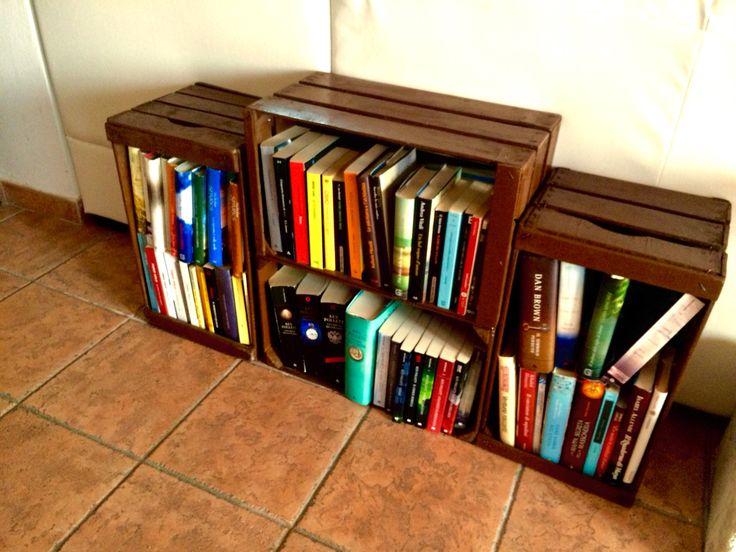 Libreria con cassette della frutta