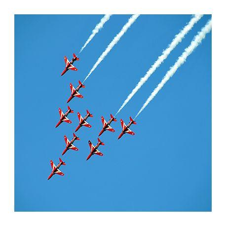 Obraz na płótnie - Air Show czerwone samoloty - dostępny w rozmiarach 20x20, 30x30, 40x40, 45x45, 50x50, 55x55, 60x60, 70x70, 80x80, 90x90, 100x100 #fedkolor #obrazzezdjęcia #obraznapłótnie #czerwone #czerwień #samolot #samoloty #AirShow #niebo #akrobacjelotnicze #lotnictwo #wydrukujzdjęcie #dekoracje #obraz #ozdoby #naścianę #dobiura