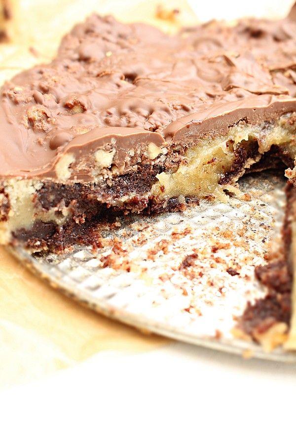 Här har vi två olika kladdkakor, en smak av vanilj och i den andra är choklad. Uppe på toppen är det ljust choklad med en krispig nötkrokant, precis som 88an glassen. Smeten till kladdkakorna är…