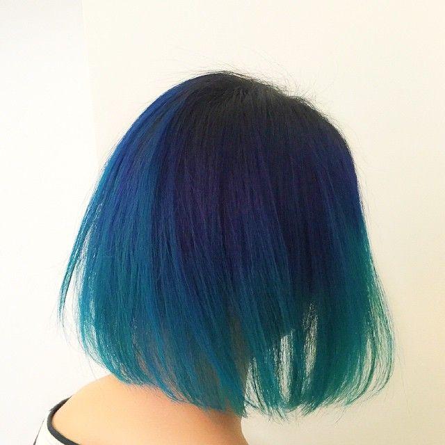 センチメンタルのHAJIMEFANTASY くんが来店。濃い青からターコイズブルーなグラデーションカラーなボブ。 夏です。 みんなカラーしようぜ。 #hair #ヘアカラー #vetica #グラデーションカラー
