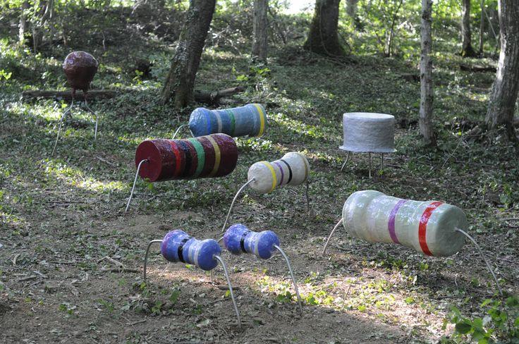 Au Vent des Forêts Bevis Martin et Charlie Youle captent les flux énergétiques du sol de la forêt en disposant un ensemble de sculptures en grès émaillé aux formes de composants électroniques géants.