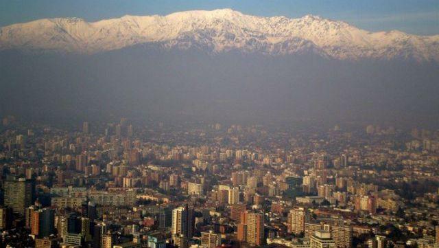 """Santiago! """"Por lá, é possível andar a pé para descobrir cada pedaço, subir ao Cerro Santa Lucia ou San Cristóbal e ter uma linda vista da cidade e das Cordilheiras dos Andes, que a rodeiam."""" #essemundoenosso #Chile #Viagem"""