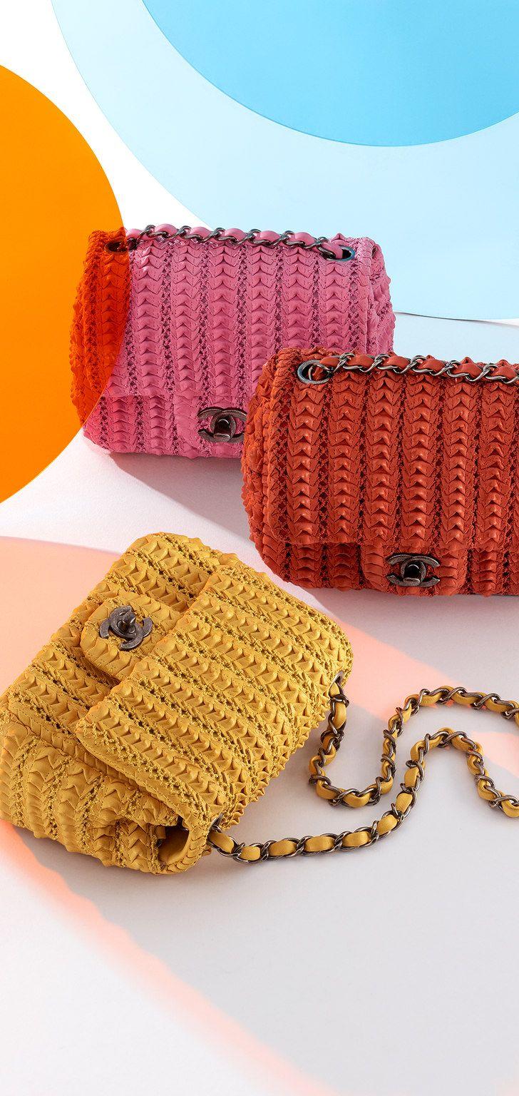 91a880602b37 Croisière 2015 16 - Sac caméra en gomme muni d une housse imperméable  amovible   macramé et jeux de fils   Pinterest   Latest handbags, Crochet  and Bag