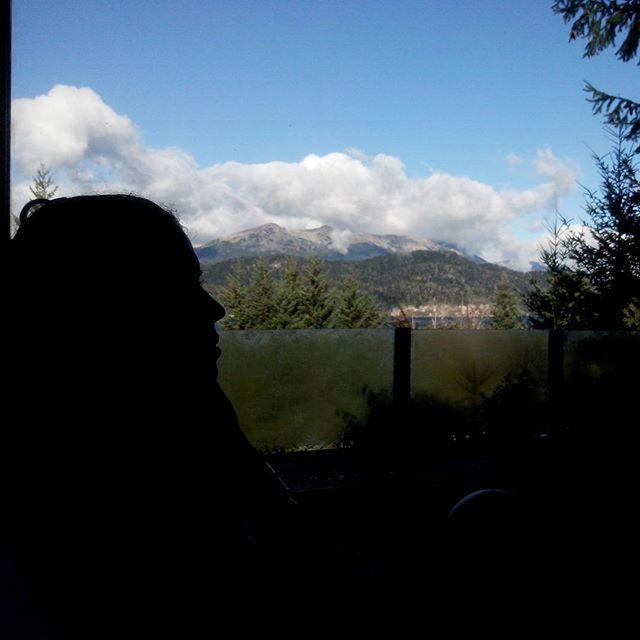 Que lindo es despertar con esta vista! #argentina #patagonia #paisajes #villalaangostura #picoftheday #neuquen #amanecer #mountains #montana