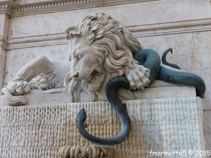 Elle est situ�e en rive droite de l'Is�re en face de la Passerelle Saint Laurent. �Le serpent et le dragon mettront Grenoble en savon �... ... dit un vieux proverbe. Cette sculpture rappel le combat de la ville devant le fl�au des eaux, elle se trouve...