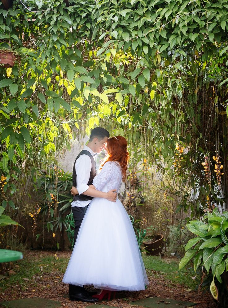 Sessão de fotos no jardim do casamento rockabilly da Letícia e do Clauber em São Paulo, onde o casal fez a própria decoração.