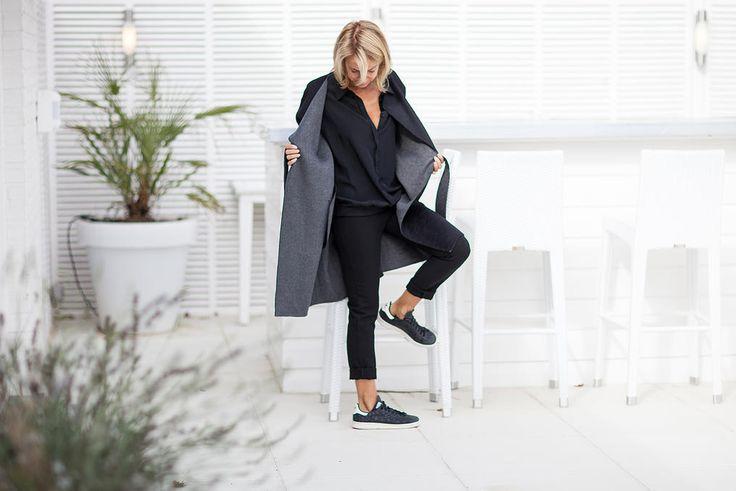 Long manteau peignoir fait main en laine double face noir et gris, fermeture ceinture. Longueur 98cm.  Disponible en noir/gris, écru/gris clair et gris souris/camel (voir manteau kimono PARIS).