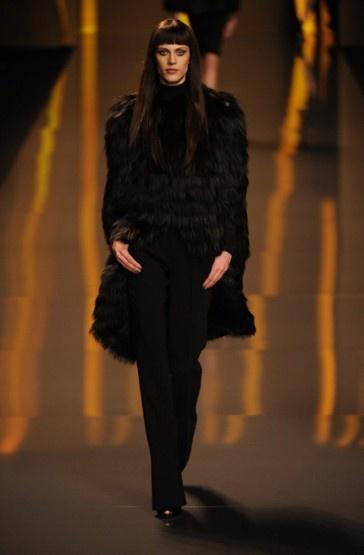 Love this Elie Sab coat. Great for NZ winters: Elie Saab, Elie Sab, Nz Winters, High Fashion, Paris Fashion Weeks, Saab Autumn Winter, Runway Style, Sab Coat