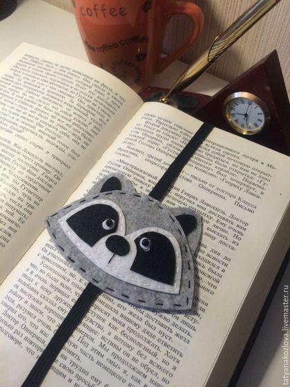Купить или заказать Закладка для книг из фетра Енот 3 в интернет-магазине на Ярмарке Мастеров. Здравствуйте, я рада , что Вы на моей странице. Закладка для книг/ежедневника изготовлена из фетра, вышита мулине, декорирована бусинами. Размер закладки рассчитан на книгу или ежедневник стандартного формата. Закладка резинка не потеряется при чтении в транспорте и сохранит страницы книги в порядке. Спасибо за идею закладки моему покупателю Виталию.