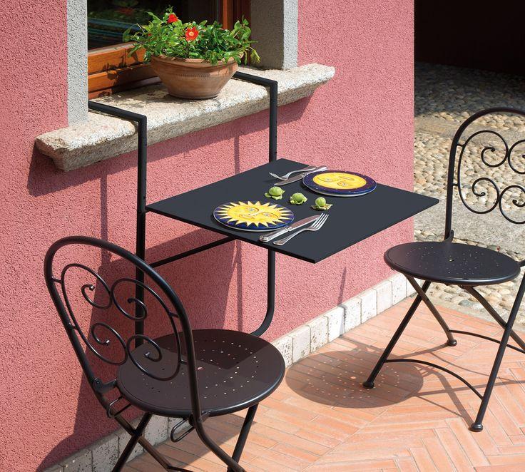 Grazie al tavolo da ringhiera RTF19G potrete finalmente godervi il vostro terrazzo comodamente seduti al vostro tavolo!  Il tavolo da ringhiera è realizzato in ferro color grigio antracite, èpieghevole e può essere facilmente agganciato al davanzale della finestra.  Basterà aggiungereun paio di sedie colorate, ed ecco realizzato il vostro angolo relax da balcone!