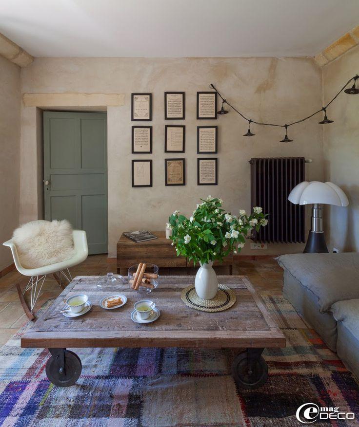 Sur un tapis en patchwork, boutique Benoit-Guyot à Lyon, une table basse sur roulettes 'Pomax'. Lampe télescopique 'Pipistrello' de l'archit...