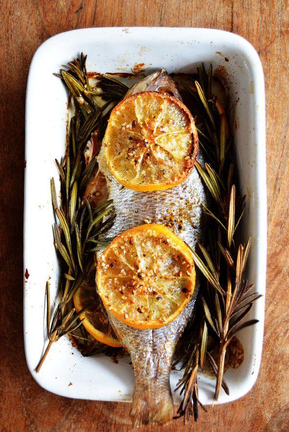 DORADE UIT DE OVEN ● Simpeler dan simpel is dit recept voor dorade met rozemarijn uit de oven: http://hallosunny.blogspot.nl/2015/02/dorade-uit-de-oven.html