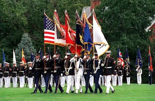 Deň ozbrojených síl v USA     V roku 1949 oznámil vtedajší minister obrany Louis Johnson ustanovenie Dňa ozbrojených síl, ktorý nahradil samostatný Deň armády, Deň námorných síl a Deň vzdušných vojenských síl, oslavuje sa každoročne tretiu sobotu v máji.