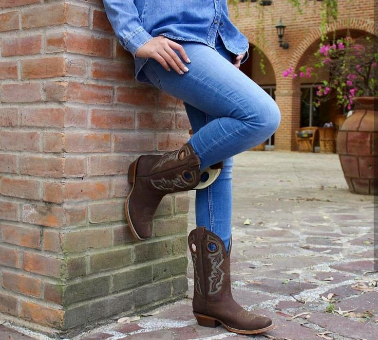 Si no son #Rudel, no quiero otras.  #Boots #cowgirl #Shoeslover #vaquera #western #Shoestagram #miercoles #botas #Shoes #artesanal #photo #fashionstyles #westernstyles #dama #rancho #rodeo #westernlife #rodeostyle #Hechoenmexico #feriadesanmarcos #country #ranchwork #bootsfordays #liveauthentic #TradicionRudel #LaBotaDelAguila.