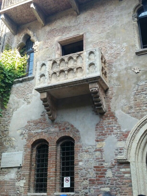 Juliets balcony verona beautuful ancient doors windows for Balcony in italian