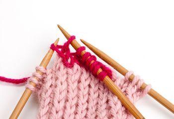 Katso opasvideo tai tulosta kuvitetut villasukan neulomisohjeet. Näillä neuvoilla selviät yli kantapään aina kärkeen saakka.